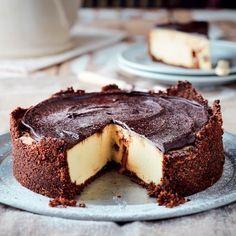 Die Bar-One-sjokolade smelt net genoeg terwyl die kaaskoek bak om vir sagte toffie-verrassings in elke sny kaaskoek te sorg. Baking Recipes, Cookie Recipes, Dessert Recipes, Protein Recipes, Protein Foods, South African Desserts, Low Carb Bars, Protein Cake, Protein Muffins
