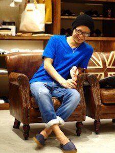 青のTシャツ×デニムパンツ×ニット帽がおちゃめなタイプ?かわいい系男子が真似したい憧れのかわいい男子向けコーデまとめ。スタイル・ファッションの参考に
