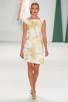 Carolina Herrera gown New York Fashion Week SS'15.  Hablo en mi blog del significado de la descomposición digital de la flor en House of Herrera. https://thethunnder.wordpress.com/2015/04/10/digitalizar-la-flora-de-haraway-a-carolina-herrera/ rtw pret-a-porter moda estampados pattern cat walk donna haraway feminidad vestido cocktail blanco amarillo