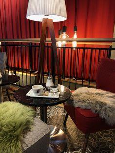 Kaffee trinken in edler Atmosphäre - da dürfen die gemütlichen Sitzfelle natürlich nicht fehlen. Lighting, Home Decor, Fine Dining, Patio, Drinking Coffee, Chair Pads, Ad Home, Decoration Home, Room Decor
