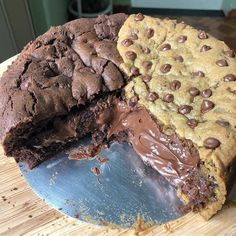 We just cant stop drooling over this . Cookie and Brownie Nutella pie . I Love Food, Good Food, Yummy Food, Sweet Recipes, Snack Recipes, Dessert Recipes, Kreative Desserts, Cute Desserts, Aesthetic Food