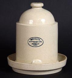 Abreuvoir pour poussins, Medalta Potteries Ltd Medicine Hat (Alberta), vers 1924-1954, N. d'artefact : 2013.0028. Photo: Tom Alföldi.  Tous les animaux de la ferme ont besoin d'un approvisionnement en eau fraîche. Les abreuvoirs de ce type conviennent aux poussins.