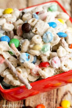 Table snack option- White Chocolate Trail Mix - filled with M&Ms, Chex, Peanuts, Cheerios and Pretzels Trail Mix Recipes, Snack Mix Recipes, Cooking Recipes, Snack Mixes, Vegan Recipes, Köstliche Desserts, Delicious Desserts, Dessert Recipes, Gourmet