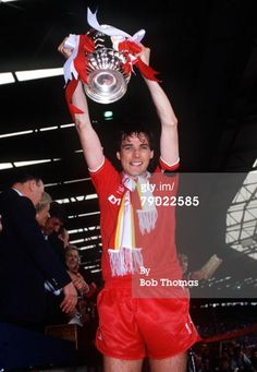♠ 1986 FA Cup Final. Wembley. 10th May, 1986. Liverpool 3 v Everton 1. Liverpool captain Alan Hansen proudly holds aloft the trophy #LFC #History #Legends