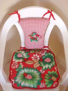 Almofadas de chita transformaram a cadeira plástica