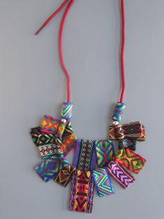 http://elcuadernodeideas.blogspot.com.es/2013/10/collar-con-cintas.html