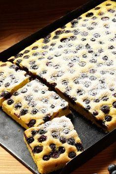 LECKER! Dieser Blaubeerkuchen vom Blech ist der beste Kuchen der Welt! Rezept auf http://www.gofeminin.de/kochen-backen/blechkuchen-rezepte-d58518c654859.html