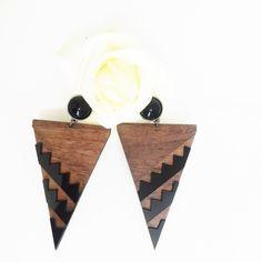 Brinco modelo abstrato de triangulo em detalhes de acrílico e madeira