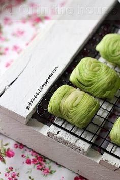 Qi Qi in the house: 中秋节 Durian Recipe, Mooncake Recipe, Desserts Menu, Asian Desserts, Tea Cakes, Cupcake Cakes, Chinese Moon Cake, Chinese Tea, Curry Puff Recipe