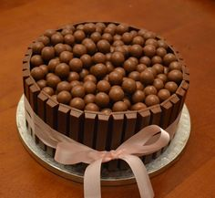 - Maltesers Cake - I love Maltesers! and this Kitkat/Malteser cake is just frickin' awesome! Candy Cakes, Cupcake Cakes, Cupcakes, Chocolate Bar Cakes, Chocolate Lovers, Sweet Recipes, Cake Recipes, Malteser Cake, Malted Milk