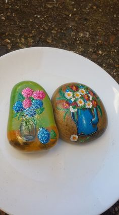 Pin by Grannie Annie on Crafts Pebble Painting, Pebble Art, Stone Painting, Rock Painting, Stone Crafts, Rock Crafts, Stone Age Art, Rock Flowers, Painted Shells