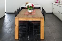 Une cuisine en ardoise avec une table en bois, un ensemble très chaleureux et qui résistera aux nombreux diners ! – stonenaturelle Basement Stairs, Mets, Home Remodeling, Kitchen Island, Dining Table, Diners, Impression, Furniture, Home Decor