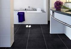 Wil jij graag een nieuwe vloer in de badkamer? Denk dan eens aan een pvc vloer. Het grote voordeel ten opzichte van vloertegels is dat het materiaal veel warmer aanvoelt. PVC vloeren zijn waterbestendig en vormen hierdoor een goede keuze voor in de badkamer. Bovendien kan pvc goed in combinatie met vloerverwarming worden gelegd.
