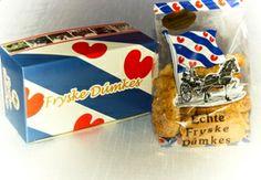 """Fryske dúmkes (Friese duimpjes)             Ze ontlenen hun fijne smaak aan de ingrediënten:              hazelnoten, bruine basterdsuiker, gemberpoeder, anijszaad en kaneel.                        De naam """"dúmkes"""" is naar schijnt afkomstig van het oude gebruik              om direct na het bakken de duim in het nog zachte deeg te drukken en er              zo een """"handtekening""""op te zetten en om de speciale vorm aan het dúmke te geven."""