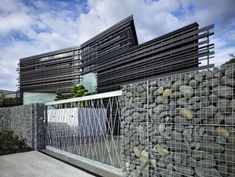 Unique Fence of Design at Modern Home Architecture with Stone Materials Gabion wall Architecture Durable, Architecture Résidentielle, Contemporary Architecture, Contemporary Design, Industrial Architecture, Gabion Wall, Gabion Fence, Fences, Wire Fence