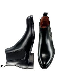 CHELSEA-BOOT. Von Londons 1968ern als unkonventioneller Schuh geliebt und bis heute aktuell - rebellisch vielleicht noch zum Anzug. Die glatte, knöchelhohe Form steht den modisch schmalen Hosen sehr gut - zu Jeans ist sie perfekt. Charakteristisch und zugleich praktisch sind die seitlichen Gummizüge und die Einstiegschlaufe. Hergestellt in Italien.
