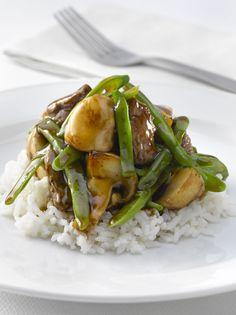 Salteado de carne fresco sobre arroz blanco
