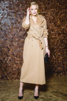 Светлана Ходченкова в пальто Max Mara и украшениях Bvlgari на премьере фильма Убийство в Восточном экспрессе в кинотеатре Москва