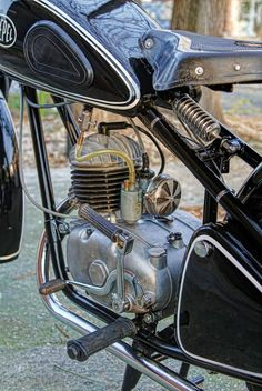 Csepel Old Motorcycles, Motorcycle Engine, Classic Motors, 50cc, Old Bikes, Bike Parts, Batgirl, Vespa, Bobber