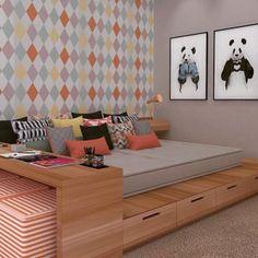 Uma boa ideia para quarto pequeno onde em uma só peça tem cama, mesa de cabeceira e mesa de estudos.