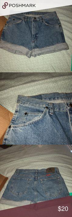 VINTAGE HIGH WAIST SHORT NEVER WORN! ✨✨✨✨✨✨ super cute high waist short never worn Wrangler Shorts Jean Shorts
