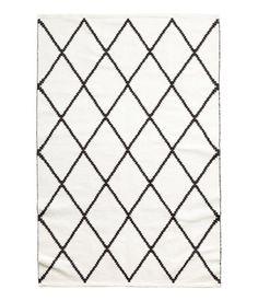 Vit/Svart mönstrad. En rektangulär matta i jacquardvävd bomullskvalitet.