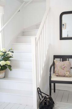 Bilder og farger for deg som skal innrede innendørs Cottage Stairs, House Stairs, White Staircase, Staircase Design, Entry Stairs, Entry Hall, Hallway Designs, Painted Stairs, Interior Stairs