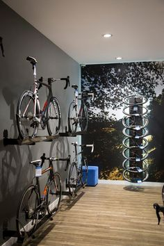 Are you a person that has a messing garage that is not prepared. Below are 42 garage storage ideas that will definitely help you prepare your garage like a champ. Bicycle Cafe, Bicycle Store, Bike Room, Gym Room, Range Velo, Bicycle Maintenance, Garage Storage, Retail Design, Store Design