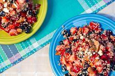 quinoa con frutas, cocer la quinua con leche vegetal y especiasl al gusto como canela o nuez moscada.