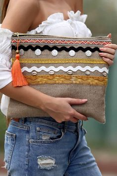 Discover recipes, home ideas, style inspiration and other ideas to try. Diy Clutch, Recycle Jeans, Jute Bags, Boho Bags, Fabric Bags, Little Bag, Handmade Bags, Diy Fashion, Purses And Bags