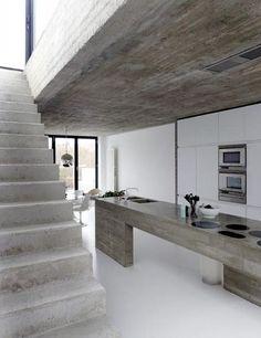 estrich-der fußboden im industrial style für moderne küche weiß mit kochinsel aus beton und eingebaite küchengeräte
