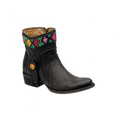 BOTA CUADRA ~ Botín de dama en pitón genuino con motivos bordados a mano en punto de cruz por artesanas de Chiapas