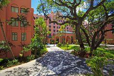 The beautiful, historic Royal Hawaiian Hotel Hawaii Hotels, Hawaii Vacation, Oahu Hawaii, Hawaii Activities, Stuff To Do, Things To Do, Vacation Savings, Ala Moana, Pink Palace