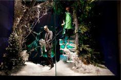 Norther Lights. Una foresta di conifere dai colori accesi in contrasto con la neve candida. (Vetrina: Holt Renfrew)