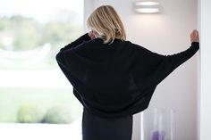 Pull veste sans bouton manches chauve-souris qui se porte aussi bien sur une robe que sur un pantalon en 100 % cachemire.  Disponible en noir et gris clair.