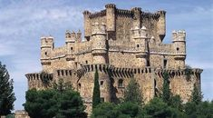 Information on Guadamur Castle in Guadamur, Toledo, Castile-La Mancha. Opening times and ticket prices on the official portal for culture in Spain. Real Castles, Beautiful Castles, Chateau Medieval, Medieval Castle, Castle Ruins, Castle House, Spain Holidays, Cathedral Church, Spain And Portugal
