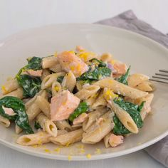 Fast dinner: salmon pasta with spinach - Schnelle Pastagerichte - - Schnelles Abendessen: Lachs-Pasta mit Spinat This dish proves that salmon, spinach and pasta are in perfect harmony: salmon and spinach pasta eatsmarter. Easy Healthy Pasta Recipes, Healthy Chicken Pasta, Vegetarian Pasta Recipes, Baked Pasta Recipes, Healthy Pastas, Salad Recipes, Shrimp Recipes, Healthy Baking, Eating Healthy