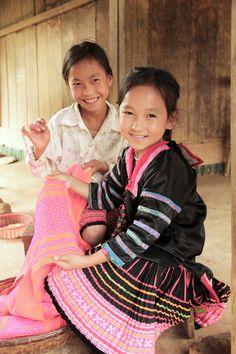 worldvision-oesterreich:        Die achtjährige Vang Thi Nhe lebt mit ihren Eltern und drei Geschwistern in Muong Cha im Norden von Vietnam. Von ihrer älteren Schwester lernt Nhe die traditionelle Herstellung von Kleidern. Nhe freut sich schon darauf, ihrem Paten davon in einem Brief zu berichten.    (poeticethicから)    出典: worldvision-oesterreich