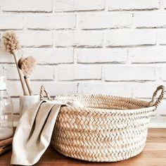 CORBEILLE OU PANIER A ANSESEN FEUILLES DE PALMIER NATURELLESELLE EST ENTIÈREMENT FABRIQUÉE A LA MAIN AU PORTUGALSOLUTION ESTHÉTIQUE POUR RANGER VOS PETITES AFFAIRES, LIVRES, MAGAZINES, FR... Love French, Market Baskets, Decoration, Laundry Basket, Wicker, Magazines, Accessories, Home Decor, Baskets
