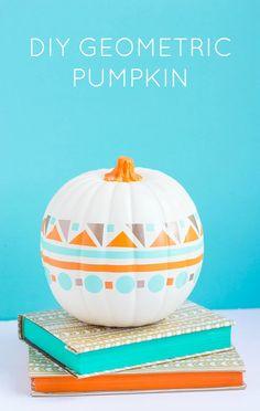 Make this modern geometric pumpkin with vinyl scraps - no cutting machine necessary! Diy Deco Halloween, Halloween Pumpkins, Halloween Crafts, Halloween Decorations, Modern Halloween, Pumpkin Crafts, Fall Crafts, Holiday Crafts, Pumpkin Ideas