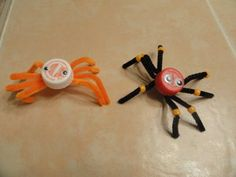 Bottle Spider Caps Simple and Cute Halloween Arts and Crafts Activity and creative way to use those Bottle Caps! Have the kids make some of these and add them to your candy bowl on Halloween night! Fall Arts And Crafts, Halloween Arts And Crafts, Cute Halloween, Halloween Night, Holidays Halloween, Fun Crafts, Halloween Ideas, Macaroni Crafts, Classroom Crafts