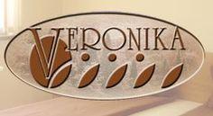 Хотел Вероника разполага с 10 двойни стаи, 1 апартамент. За удобството на техните гости в хотела има лоби-бар с виенски салон и ресторант. В ресторанта може да се насладите на атмосферата на родопския край и да опитате характерни специалитети.