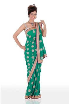Go gracious by drapping this green saree that is designed after keeping contemporary preferences in mind. This drape features contrast silver & purple border that gives a bold look to the product. Saree Draping Styles, Drape Sarees, Georgette Sarees, Saree Styles, South Indian Wedding Hairstyles, Modern Saree, Embroidery Saree, Green Saree, Beautiful Saree