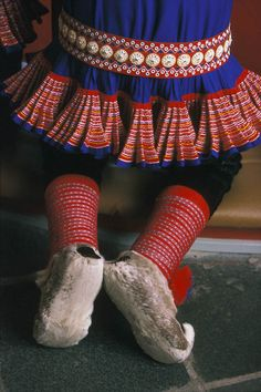 Kautokeino Saami with what look like reindeer slippers. Traditional Fashion, Traditional Dresses, Folk Costume, Costumes, People Of The World, Samara, Sweden, Going Out, Shoes