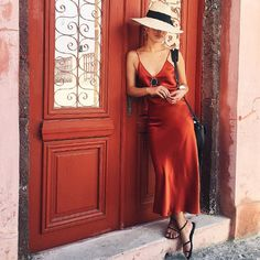street-style-look-slipdress-vermelho-chapeu-palha