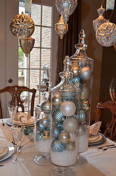 Centro de mesa de navidad con frascos de boticario rellenos de sal de magnesio y bolas de navidad. #DecoracionNavidad
