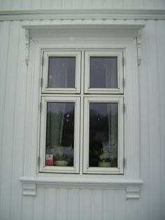 Window frame. Sveitserstil og sveitserhus - stiltre.no Scandinavian Doors, Scandinavian Cottage, Wood Windows, Windows And Doors, Norwegian House, Swedish House, Wooden Shutters, Window Treatments, Deco