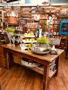 Consignment Store Displays, Farmhouse Style, Table Settings, Diy, Country Style, Bricolage, Farmhouse Chic, Place Settings, Do It Yourself