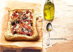 Crisp tart with puff pastry Greek Pizza, Food Categories, Mediterranean Recipes, Greek Recipes, Food Styling, Vegetable Pizza, Camembert Cheese, Favorite Recipes, Sweets