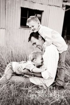 Be Inspired: Father & Child Confessions of a Prop Junkie Family Picture Poses, Family Posing, Family Portraits, Family Photos, Kid Photos, Father Son Photography, Children Photography, Family Photography, Fathers Day Photo